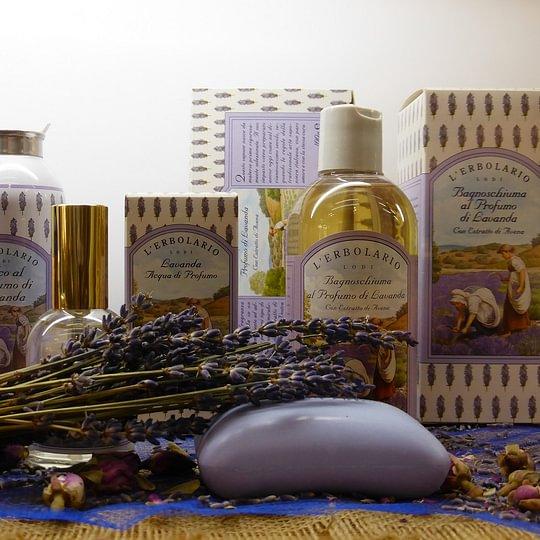 Lavanda: Aroma classicamente unico, che riporta alla mente pulizia, freschezza ed eleganza.
