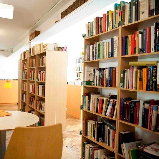 Grand choix de livres, classés par domaine © Photo Laetitia Gessler