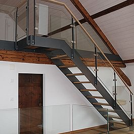 Metall- Glas- Altholztreppe