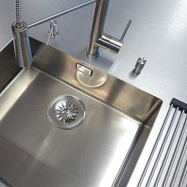 Wasserhahn und Becken