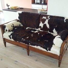 Sofa mit Kuhfell überzogen