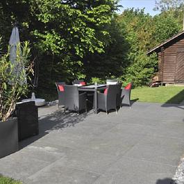 Steingarten und Sitzplatz mit Basaltplatten