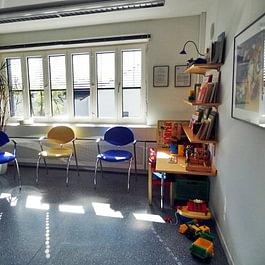 Helles Wartezimmer mit Kinderecke