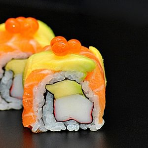 rainbow roll saumon ikura avocat chair de crabe