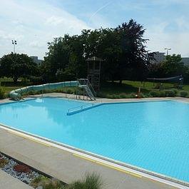 Freibad Nichtschwimmerbecken mit Rutschbahn