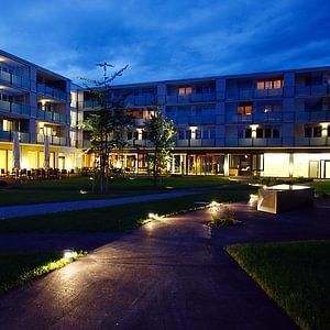 Mitteldorfpark abends mit Restaurant Medio