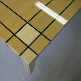 Placage sur une table basse avec vernis brillant
