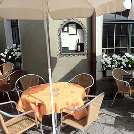 Die Terrasse bietet Platz für ungefähr 40 Gäste, mitten in der Altstadt.