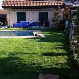 Aménagement de jardin, pose de gazons en rouleaux