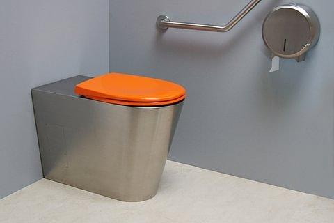 WC inox au sol et tous les accessoires de confort pour PMR