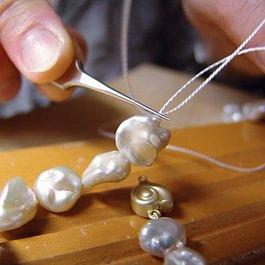 Perlenkette auffädeln