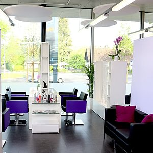 Salon mit Massageliegen in Annina`s FrisuräStop