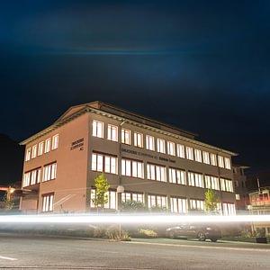 Entlebucher Medienhaus bei Nacht