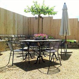 Naturnaher Sitzplatz. Platane mit Kalksteinmauer