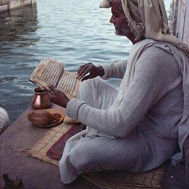 Studium der altindischen Sanskrit-Schriften.