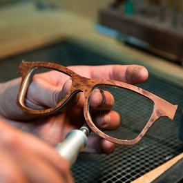 Holzbrillen in Handarbeit