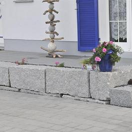 Mauerbau und Vorplatz mit Verbundsteinen