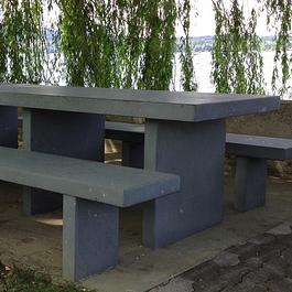 Tisch und Bänke aus Dolomitstein