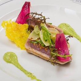 Tataki de coeur de thon au sésame soja, salsifis et pois gourmands