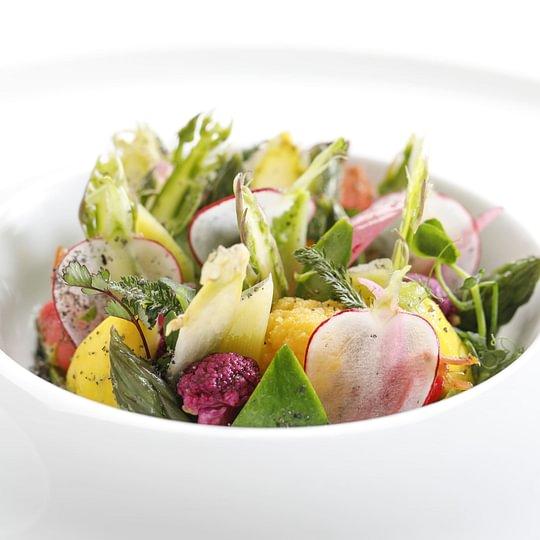 Salade printanière de légumes croquants, condiment miso et avocat
