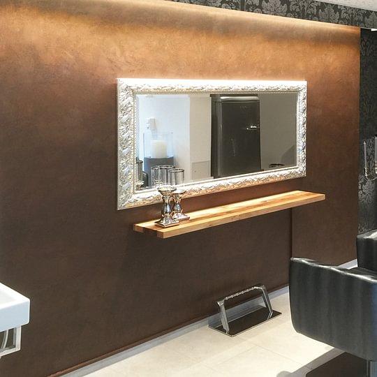 """Mit einem """"Rost-Look"""" und einer rustikalen Tapete wurde der Salon zur Wohlfühloase für den Kunden.."""