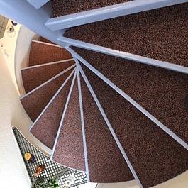 Wendeltreppe mit Teppich belegen