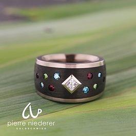 Weissgold / Karbon Mit Princess Diamant Rubinen und farbigen Brillanten
