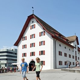Blick auf das Forum Schweizer Geschichte im Herzen von Schwyz