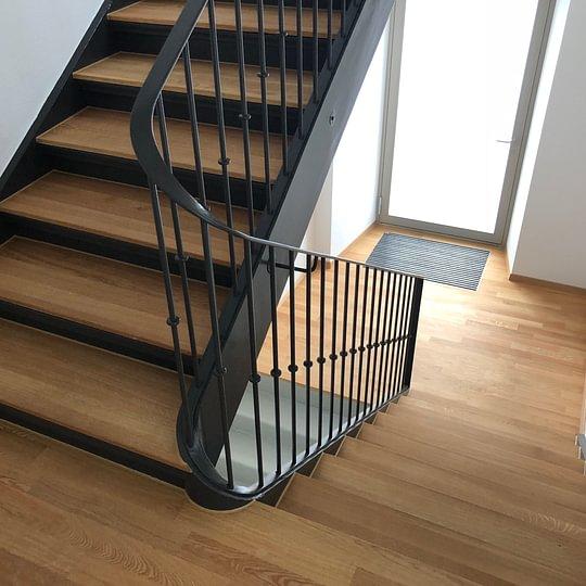 Treppenhaus aus Maserholz Schuler Bodenbeläge GmbH