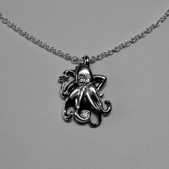 Octopus-Anhänger mit Brillant zwischen den Tentakeln