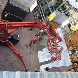 Vitrage isolant de sécurité de plus 300 kg manipulé avec l'arraignée.