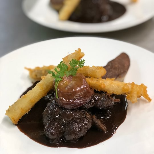 Gigue de cerf, confite longuement, foie gras de canard poêlé, jus lié à la truffe