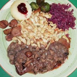 medaglioni di cervo con contorni autunnali e salsa ai funghi