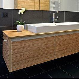 Badezimmermöbel mit Holzstruktur