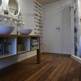 Fabrication d'un meuble de salle de bain en teck massif et pose de teck massif