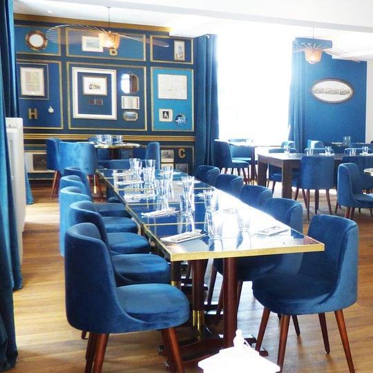 """Restaurant """"Bleu"""" avec le mur des vieux documents du Domaine du Château de La Belle-Croix détenu par les De Champagne"""