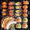 Vassoio misto fatto su richiesta di un cliente. Gunkan speciali con sashimi e quattro bocconcini di rols