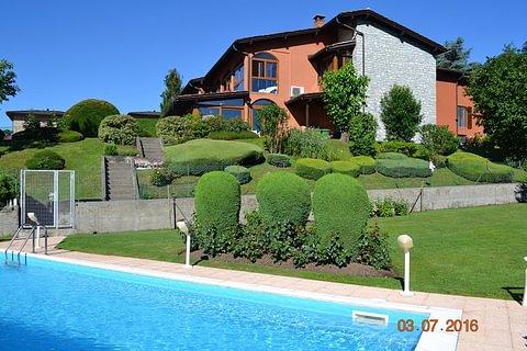 Vendesi a Stabio villa con 2 appartamenti,Spa, piscina,4box, grande giardino