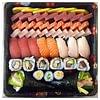Vassoio misto fatto su richiesta di un cliente. Sashimi misto, mix di nighiri, mix di rols e due temaki