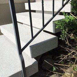 Auch freiliegende Tritte können ohne Problem mit unserem Granit überzogen werden