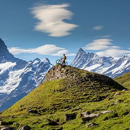 Backdoor Bike in Grindelwald, im Hintergrunde das Finsteraarhorn mit 4273 m.ü.M