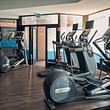 Une salle de fitness moderne et spacieuse