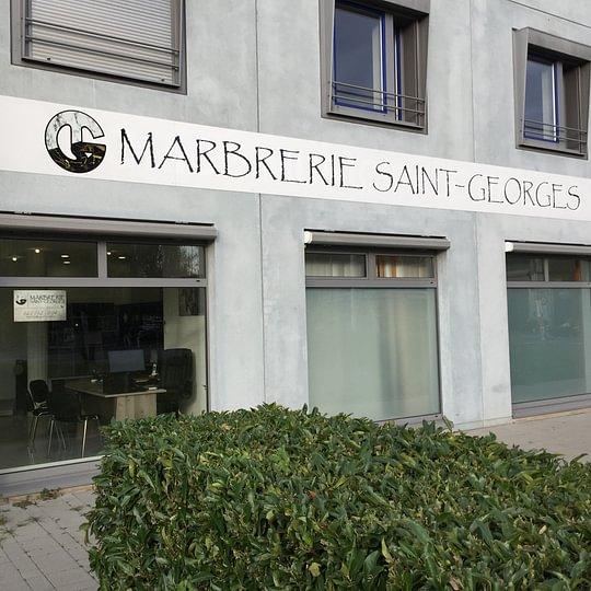 Notre magasin situé en face de l'entrée principale du cimetière de Saint-Georges
