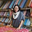 Rosina Löhrer, die Inhaberin steht gerne selbst im Laden - Bio Stoffe sind ihre Leidenschaft