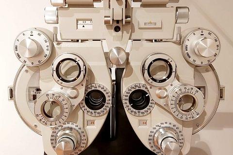 Esame della vista completo di misurazione della pressione dell'occhio