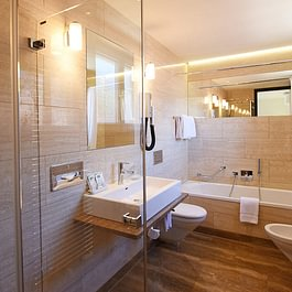Junior Suite, bagno, doccia, Badezimmer, bathroom, slippers, bathrobe