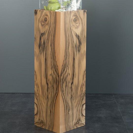 Holzsäule mit Nussbaummaser
