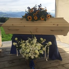 Trauerfeier mit Sarg auf einer Alp. Wir sind spezialisiert auf aussergewöhnliche Bestattungen und planen gerne mit Ihnen zusammen die Trauerfeier gemäss Ihren persönlichen Wünschen.