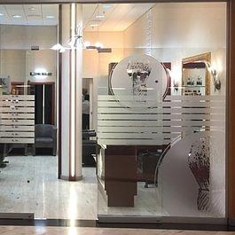 Déco sur vitres. Création du visuel pour vitrine de barbier-coiffeur. Découpe adhésive des logo et sujets en film dépoli / verre sablé.