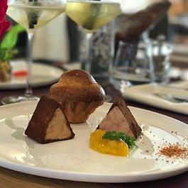 Cubisme de foie gras de canard au cacao pimenté, extrait de mangue